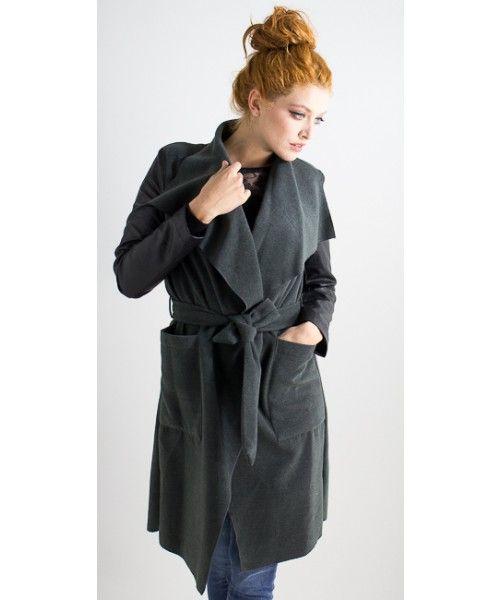 Cappotto easy chic in tessuto con maniche in ecopelle a contrasto e allacciatura tramite cinta.