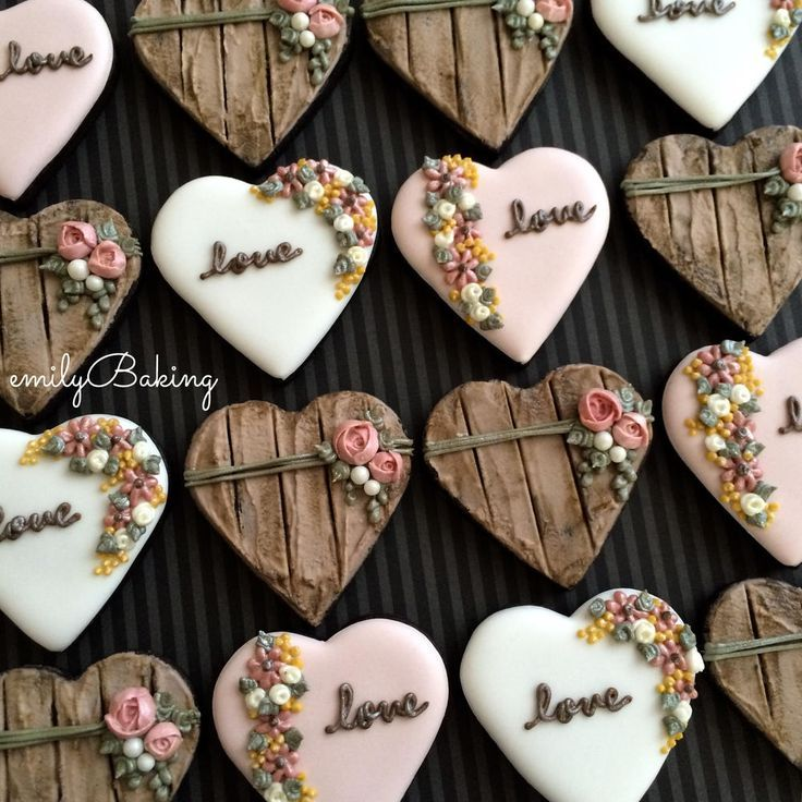 Galletas con forma de corazón decoradas con glasa real. Heart cookies decorated with royal icing.