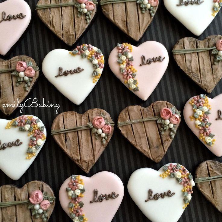 Galletas con forma de corazón decoradas con glasa real. Heart cookies decorated with royal icing.
