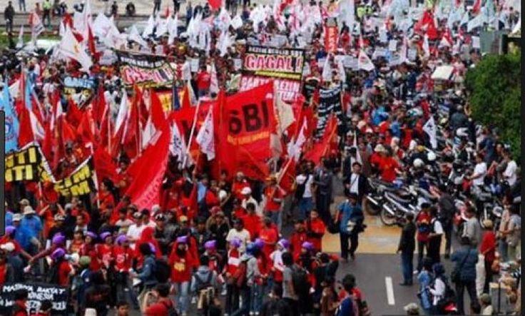 """KSPI: Kenaikan Harga TDL Kado Pahit Mayday Dari Presiden Jokowi  Oleh: Said Iqbal  Konfederasi Serikat Pekerja Indonesia (KSPI) mengecam kenaikan tarif dasar listrik yang baru saja diberlakukan oleh Pemerintah. Di saat harga sumber energi minyak batubara gas dan energi terbaharukan di dunia turun anehnya harga listrik di Indonesia justru naik.  """"Apalagi pendapatan masyarakat tidak ada kenaikan. Bahkan daya beli buruh cenderung turun akibat adanya PP 78/2015"""" kata Presiden KSPI Said Iqbal…"""