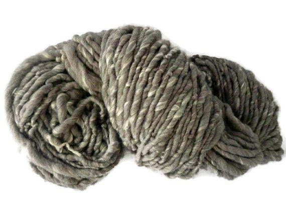 100g di filato di seta storm cloud Hooters Hall Shetland ispirato dalle tempeste invernali 2013/2014. Un handspun filato composto da una miscela di grigio 70% lana Shetland e 30% seta tussah. Questa lussuosa miscela è stata filata in un filato super ingombrante. La lana Shetland utilizzata è un naturale, non tinta grigio lana britannica.  Esegue il wrapping di un filato super grosso a 3-4 per pollice (wpi) 1m (1 yarda) pesa circa 5g (0,17 once) quindi 100g (3.5 once) è di circa 20 m (21,9…
