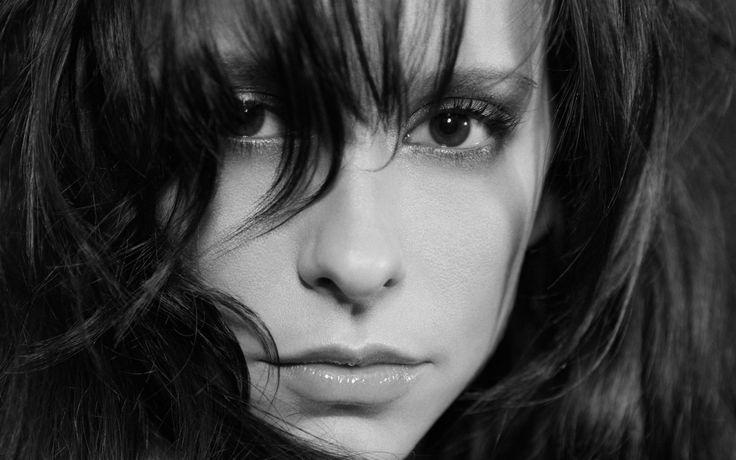 Скачать обои глаза, взгляд, девушка, лицо, волосы, черно-белая, актриса, губы, красавица, Jennifer Love Hewitt, челка, Дженнифер Лав Хьюитт, раздел девушки в разрешении 1920x1200