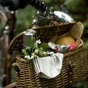 lunch in a basket: Company Picnics, Bike Riding, Summer Picnics, French Country, Vintage Bicycles, Picnics Lunches, Picnics Baskets, Bike Baskets, Picnic Baskets
