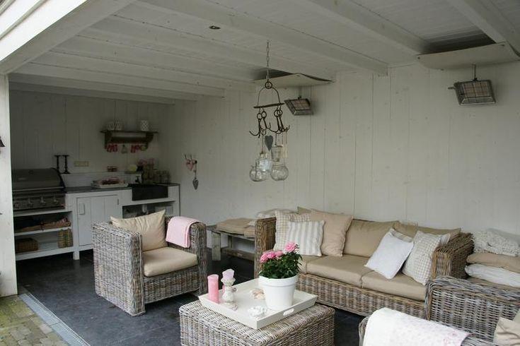 Vrijstaande houten veranda in tuin