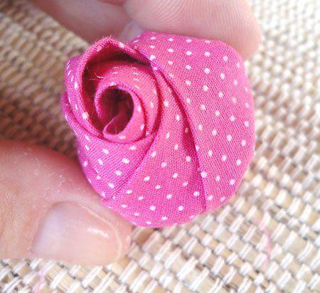 Artesanato com fuxico transforma tecido em botão de rosa
