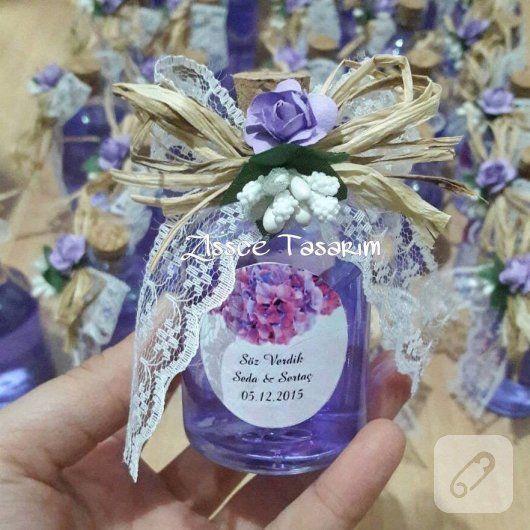 Çiçekli söz tepsisi ve lavanta şişeleri
