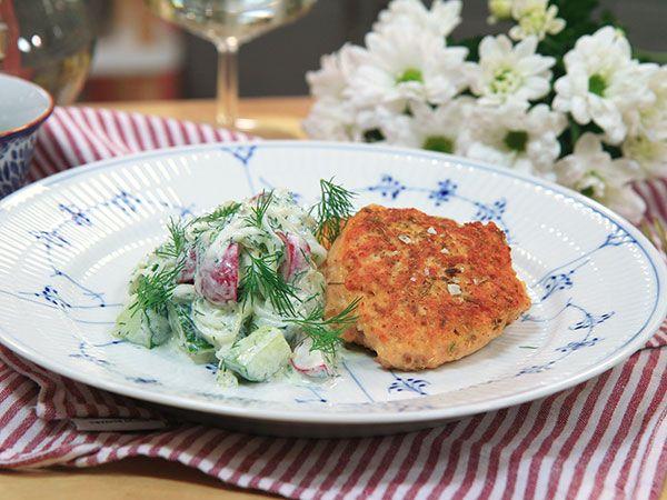 Laxbiffar med syrlig gurksallad | Recept.nu