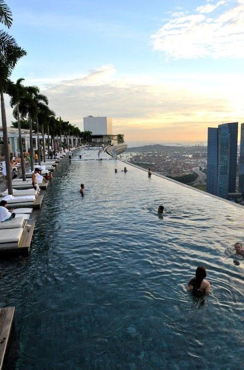 Marina Bay Sands Hotel in Singapore. Op de 57e verdieping hebben ze een enorm zwembad geplaatst... Valt zeker in de categorie bijzondere hotels (en ook in de categorie dure hotels ;-) ) Helaas geen hotelveiling bij http://www.hotelkamerveiling.nl (wat nog niet is kan nog komen...)