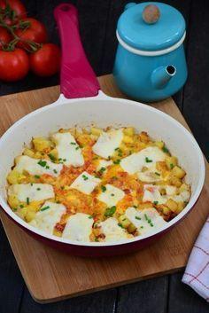 ✿ ❤ ♨ Yumurtalı Patates Tarifi ( En Güzel Kahvaltılık ) Malzemeler; 2 adet patates, 1 adet kuru soğan, Yarım fincandan biraz daha eksik sıvı yağ, 3 adet yumurta, 1 tatlı kaşığı tuz, 1 tutam kırmızı toz biber, Kaşar peyniri dilimleri.