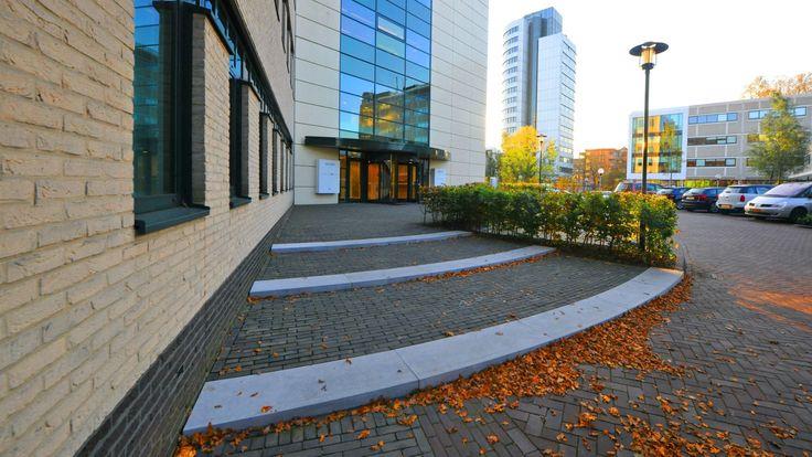 Nieuwe entree voor kantoorgebouw door Lagendijk tuin- en landschapsarchitecten