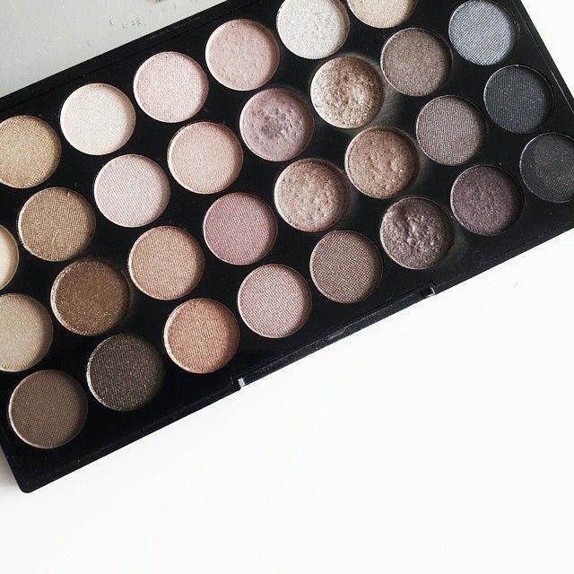 Day 25 #aprilchallenge, MAKE-UP. Niet zo'n moeilijke voor mij.. ik ga de deur écht niet uit zonder make-up  Dit palette is mijn favoriet! ♡ #makeup #makeuprevolution #eyeshadow #oogschaduw #brown #bruintinten #palette #favourite