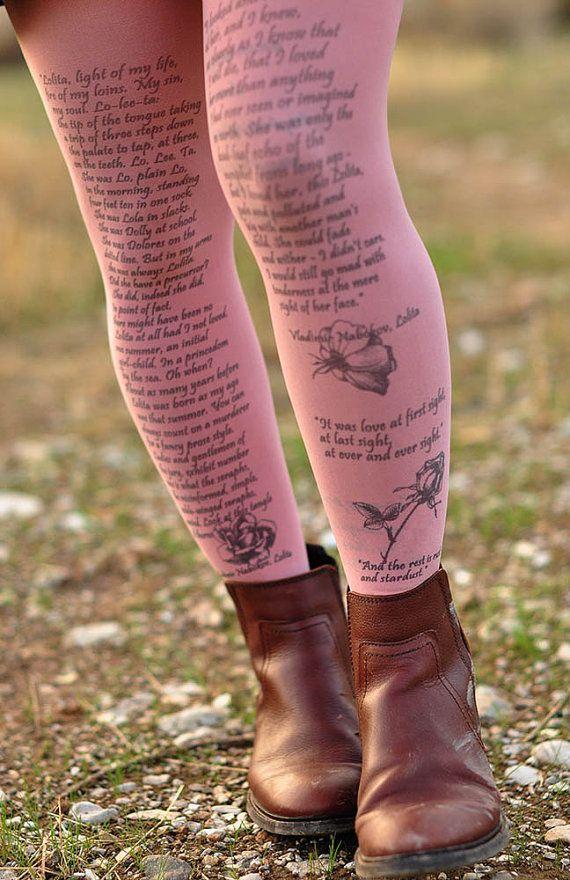 Gambe in vista con i collant colorati con le frasi del tuo libro preferito