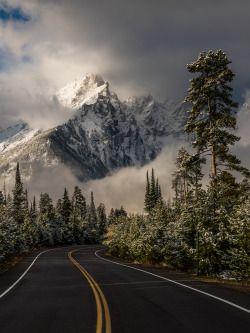 """americasgreatoutdoors: """"Утро встречает Гранд-Титон Национальный парк в Вайоминге с керлинг облаками и снегом запыленных пиков.  Когда фотограф Эрик Адамс заметил, погода очистное через окна аэропорта, он перебронирован свой полет, взяли напрокат машину и поехали ..."""