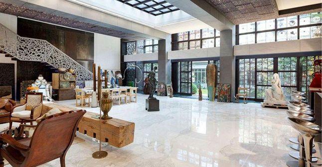 Toujours pas d'acheteurs pour l'hôtel particulier de Depardieu ?     Visitez son hôtel particulier en... pinned with Pinvolve