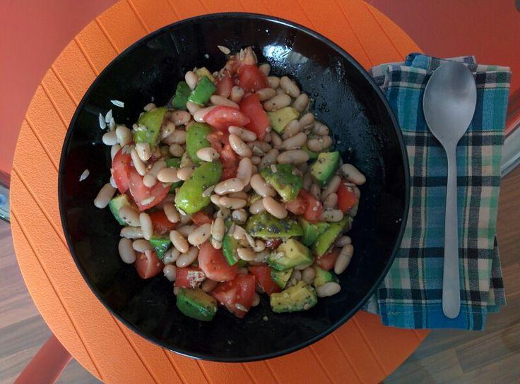 Buon appetito! Insalata di cannellini, pomodoro, avocado, fichi, semi di zucca, semi di chia, semi di canapa.