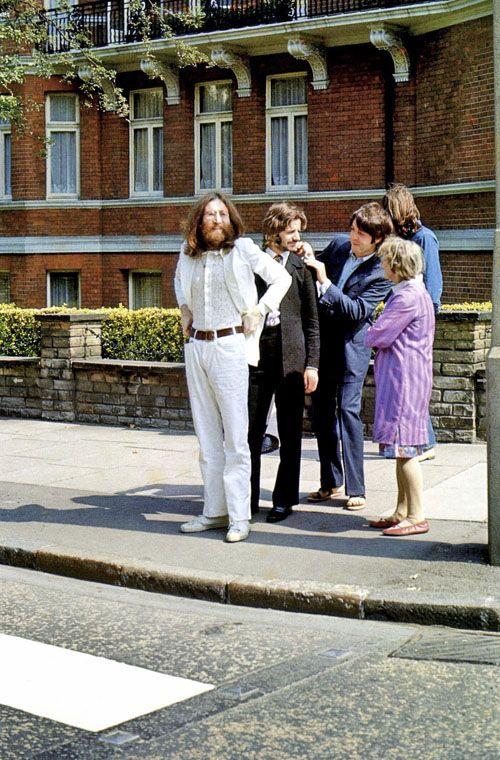 Les Beatles avant de traverser Abbey Road ! Photo de Linda McCartney (8 août 1969). (Merci Fifi Mandirac pour cette découverte !)