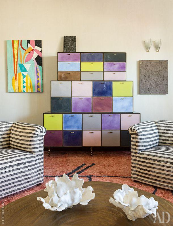 В гостиной комод сэмалированными дверцами поэскизам Уирстлер. Слева картина Джиллиан Эйрс. Справа работа Алана Эбнотера. Кресла подизайну Уорда Беннетта. Столик спроектировалАдоШаль.