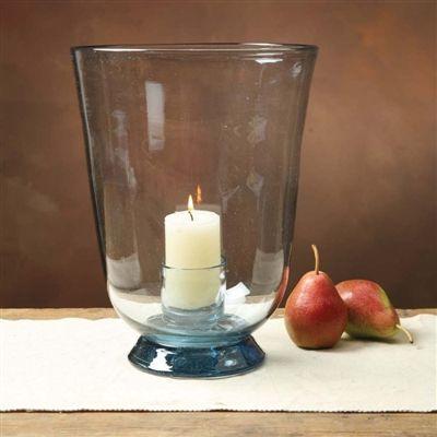Candelabro boca ancha de vidrio reciclado.  Es un producto elaborado a mano por maestros artesanos mexicanos del vidrio. El resultado de esto, un producto único y de excelente calidad, el que resalta por su nivel de acabado, espesor del vidrio y por supuesto, su forma.
