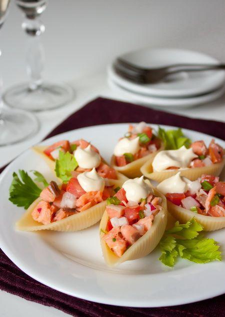 """Продолжаем пополнять копилку рецептов к праздникам. Сегодня даю наполовину салат, наполовину закуску  Крупные макароны-ракушки очень удобны для приготовления закусок. Их можно фаршировать самыми разными салатами на ваш вкус. В данном случае в качестве наполнителя используется салат из копченого лосося. Но никто не мешает вам """"поиграть"""" с ингредиентами по своему вкусу.Ориентировочное время приготовления: 27 минутИнгредиенты [...]"""