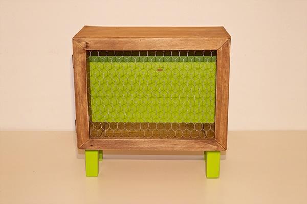 Comodino Lime _ Piccolo comodino/contenitore con piedini e sportello creato partendo da una vecchia cassa per bottiglie di vino. Sportello con chiusura magnetica realizzato con l'utilizzo di rete da pollaio. Colore: verde lime e legno naturale.