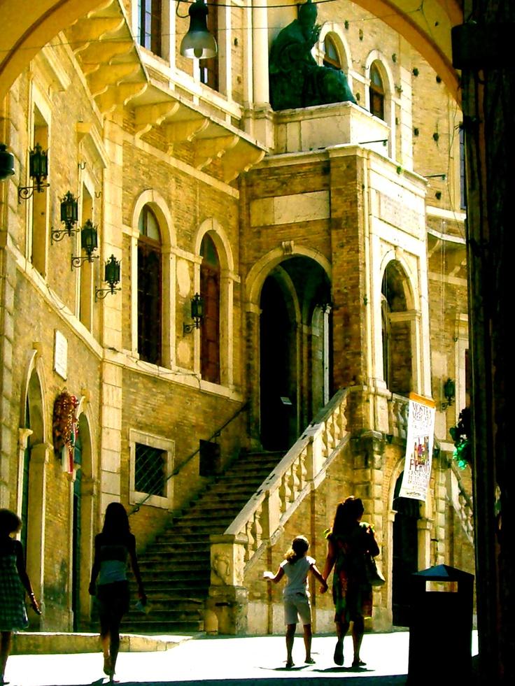 Fermo - die Marken, Italien - Hauptstadt der gleichnamigen Provinz. Mitten in der Stadt ist der Piazza del Popolo, die  von Bauwerken aus dem 15 Jahrhundert umgeben ist. In der Nähe findet man die Via degli Aceti, dort kann man die römischen Zisternen aus dem 1 Jahrhundert n.Chr. besichtigen. Auch sehenswert ist die Duomo di Fermo, die auf einem Hügel steht, von wo aus Sie einen herrlichen Blick auf die Stadt und die umliegende Landschaft erhalten.