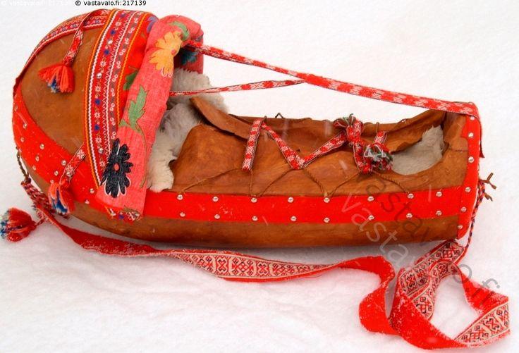Lapinlapsen kehto 2 - komsio saamelainen perinne käsityö värikäs kirjava koristeellinen vauvan kehto lappi lappalainen lumi kylmä talvi