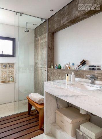 No banheiro, destaca-se o mix de concreto nas paredes, mármore na bancada, deck no piso e ladrilho hidráulico (Ornatos) no nicho do boxe. Os metais são da Deca e da Metalbagno. Projeto de Maurício Takahashi.