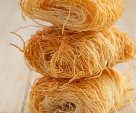 La pasta kataifi è di origine greca ed è possibile ritrovarla in numerose preparazioni.La ricetta non è particolarmente difficile: provate a farla sa soli!