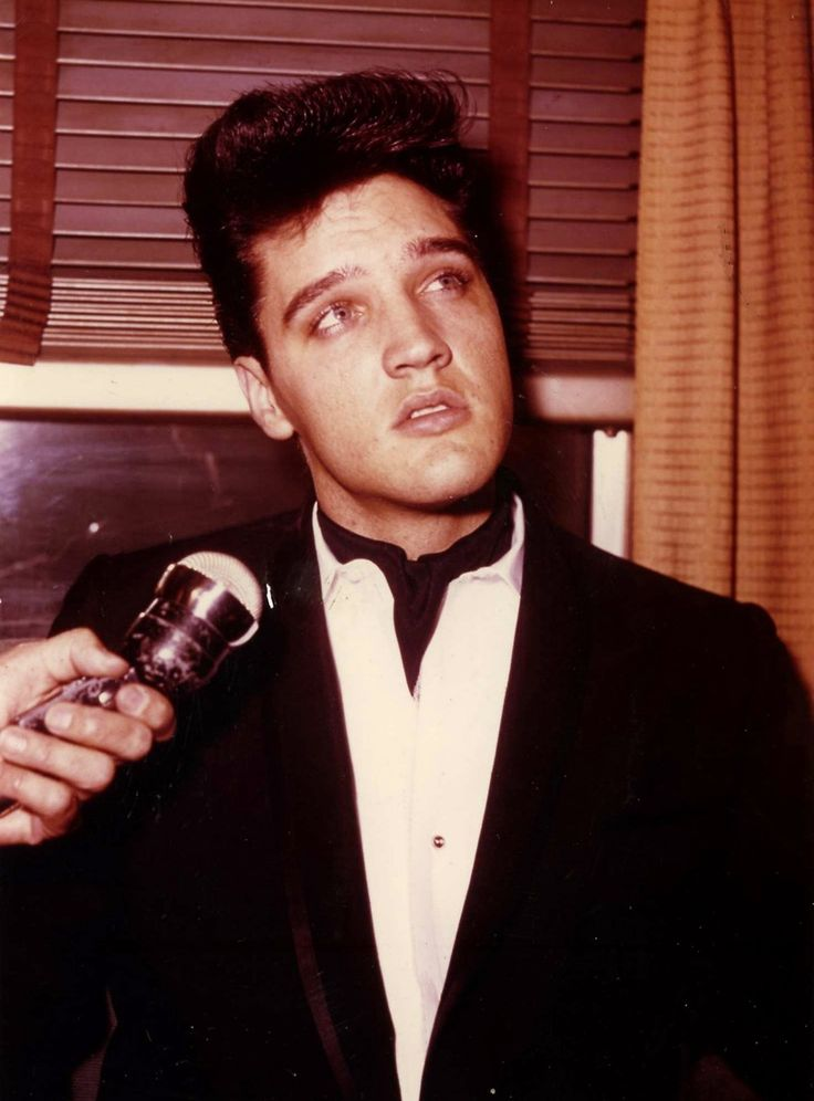 Elvis talking to reporters in the train april 20 1960.