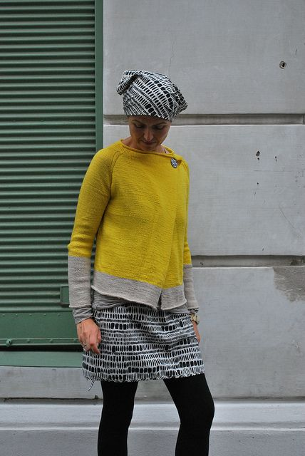 caramel. free pattern. knit in dk. love this color-blocked version.