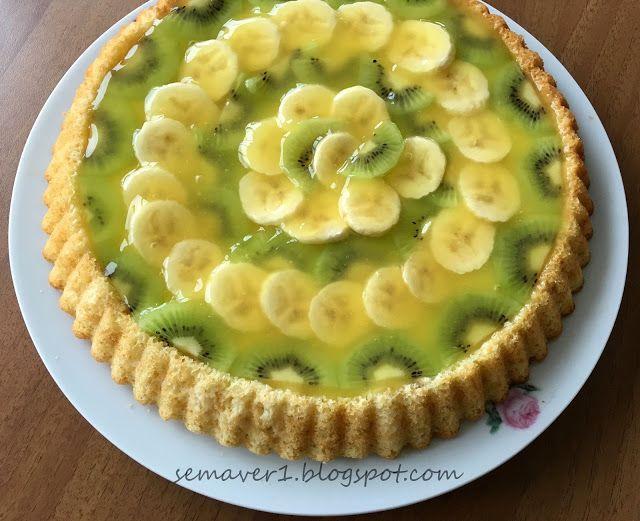 Sayfamda en çok tıklanan tariflerden biri olan çilekli tart pastay ı karışık meyveli olarak hazırladım. Tabanındaki keki daha ince olsu...