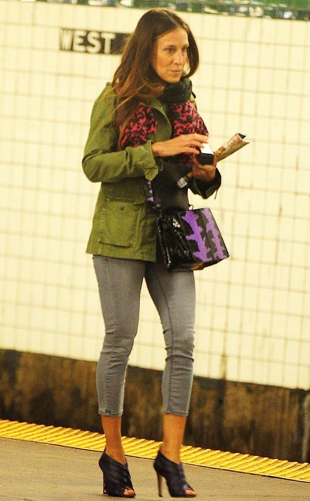 Сара Джессика Паркер в серых джинсах и куртке цвета хаки