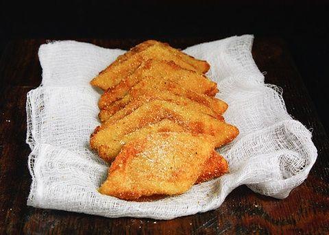 La crema fritta alla veneta si prepara sbattendo i tuorli e poi unendoli alla farina e al limone, quando la crema si sarà rappresa andrà livellata su...