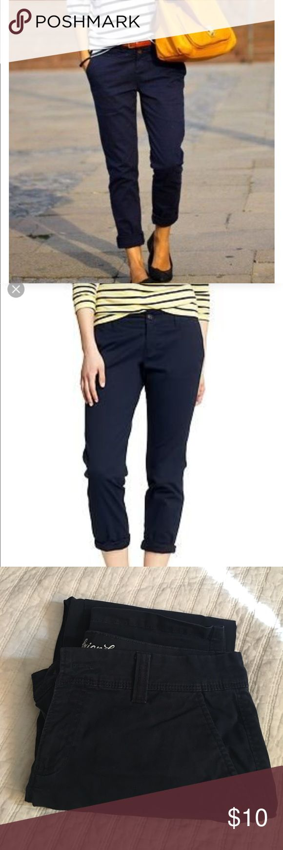 """Old Navy Boyfriend Cropped Chino in Navy size 6 Old Navy Boyfriend Cropped Chino in Navy size 6. 26"""" inseam. Definitely wore these a lot, they're super cute. They just don't fit anymore. But the Navy is still nice a dark. Old Navy Pants Ankle & Cropped"""