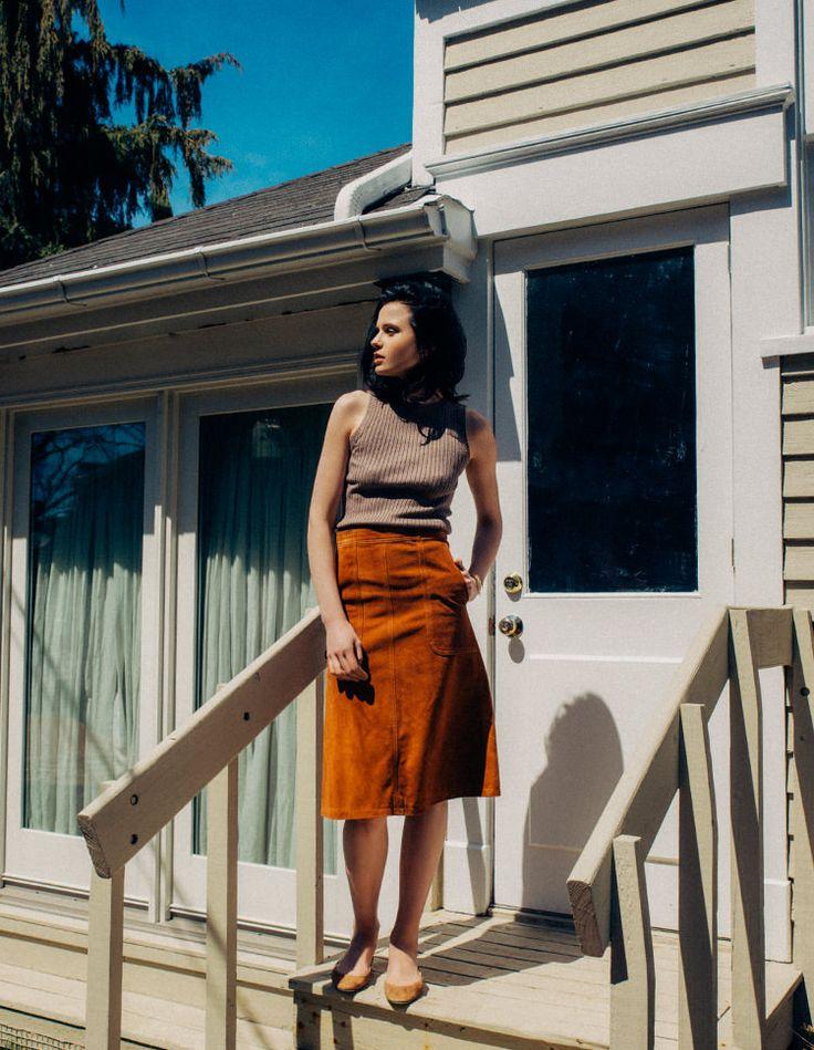 落ち着いた褐色のスエードスカートを、あえて夏のスタイルに取り入れてみるのが旬。ライトブラウンのノースリーブニットとマッチする台形スカートは、膝丈のものをチョイス。足もとは「アンドレア カラーノ」のバレエシューズでフレンチシックに仕上げて。 Knit (MADISON BLUE) ¥34,000+tax no.16080510004510, Skirt (MADISON BLUE) ¥86,000+tax no.16060510001110, Bangle (EDDIE BORGO)...
