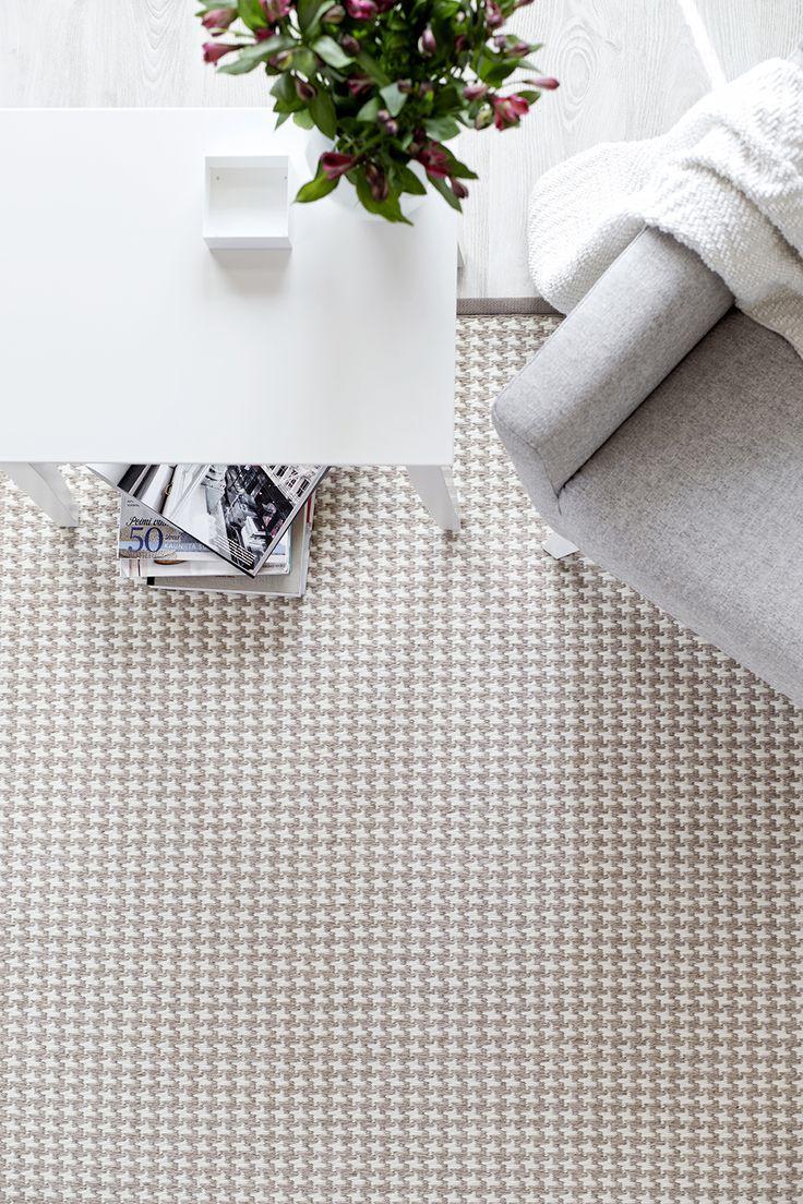 Muhkea Askel-villamatto on kudottu perinteisellä kukonaskel-kuviolla. Kuosi on ajaton ja maton väriskaala vaalea ja luonnonläheinen. #habitare2014 #design #sisustus #messut #helsinki #messukeskus