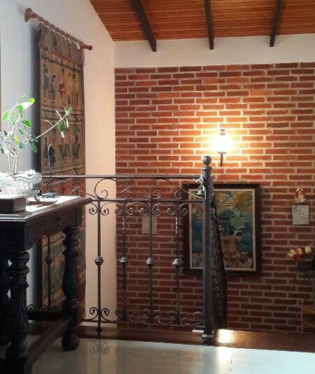 Contraste de la baranda de la escalera en hierro forjado y - Escaleras de ladrillo ...