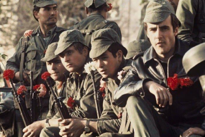 Militares com cravos nas espingardas no dia 25 de