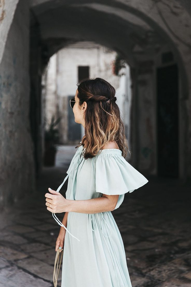 De todas las fotos que hicimos en Polignano a Mare estas son sin duda de mis favoritas. El vestido largo verde agua parece hecho para caminar por las estrechas callejuelas con los balcones repletos de