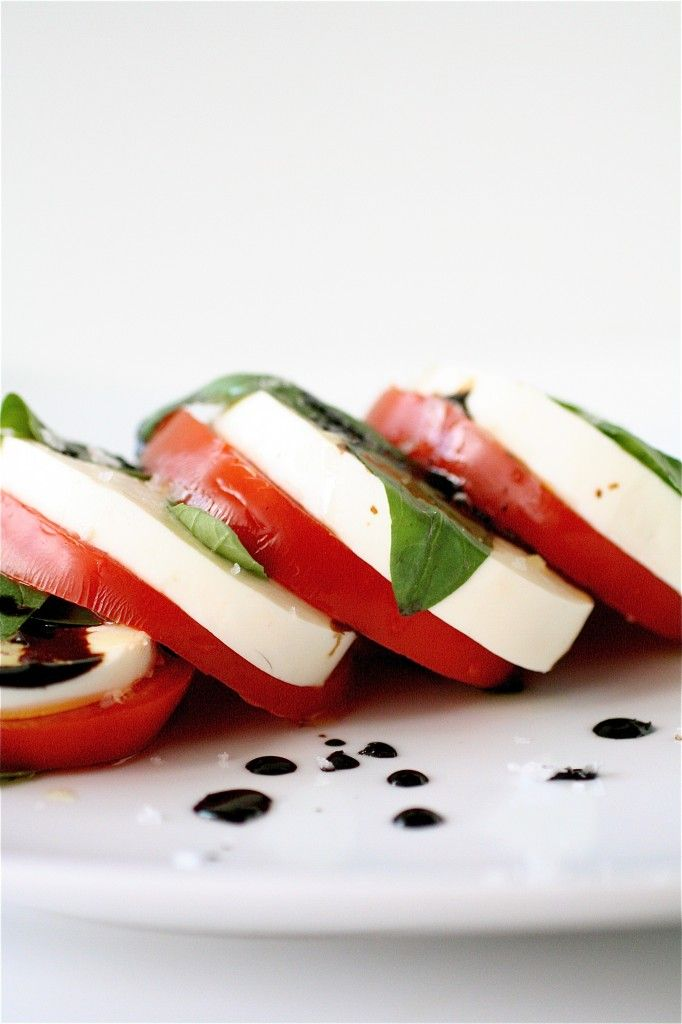 caprese: Fresh Basil, Summer Capr, Caprese Salad, Food Dinners, Appetizerssnack Recipesrr, Carrots, Classic Caprese, Capr Salad Recipes, Balsamic Reduction Recipes