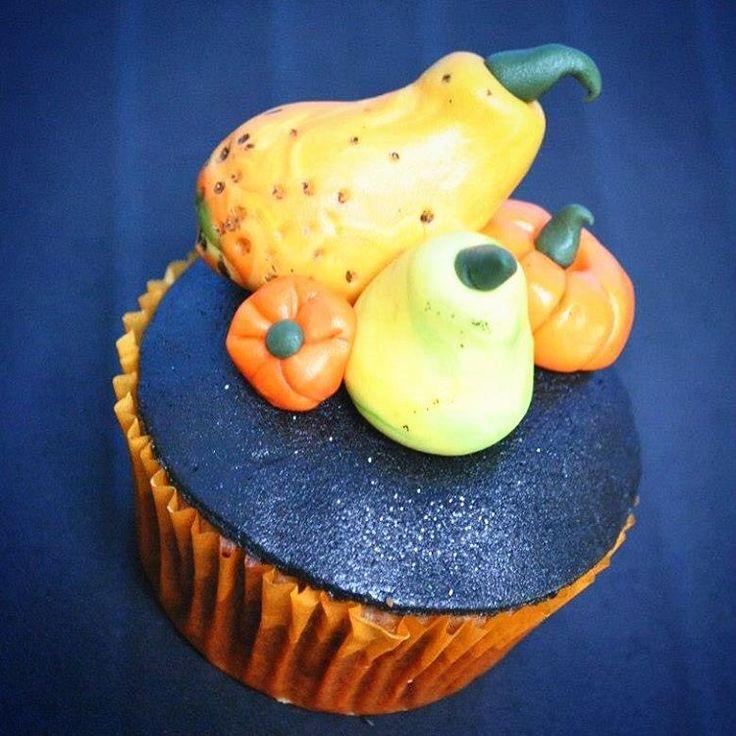 """Kimberland Cupcakes op Instagram: """"Het is HERFST! & dat betekent kastanjes rapen, heerlijke pompoensoep klaarmaken en veel kruidige kaneelcupcakes bakken! Mmmmm... 😍🍁🍁🍁 #kimberlandcupcakes #cupcakes #cupcakeoftheday #sintniklaas #yummie #autumn #autumncupcakes #herfst #pompoenentijd #pumpkins #pompoenen #sugarart #homemade #diy #pumpkincupcakes #sogood #soflair #zovijf #zoetezonde #bakker"""""""