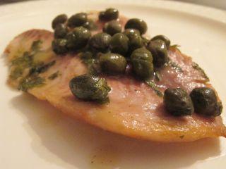 Filé de peixe Saint Peter ao molho de alcaparras e limão