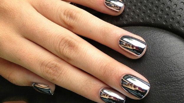 Mirror manicure: argento metallizzato effetto specchio, per avere le unghie più belle del reame!