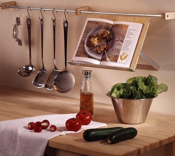 Podczas gotowania, szczególnie nowych potraw, zdarza się, że korzystamy z książki kucharskiej. W takiej sytuacji, nie raz zastanawiałeś się pewnie gdzie ją położyć, by nie wybrudzić, a jednocześnie wygodnie z niej korzystać. Znaleźliśmy na to sposób - reling kuchenny z półką na książkę kucharską. Z naszą szczegółową instrukcją krok po kroku, bez problemu zrobisz go samodzielnie.