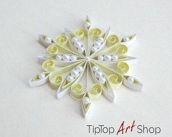 Ornamento del fiocco di neve di carta in giallo pallido e bianco; Decorazioni di Natale Quilling fatti in casa di TipTopArtShop