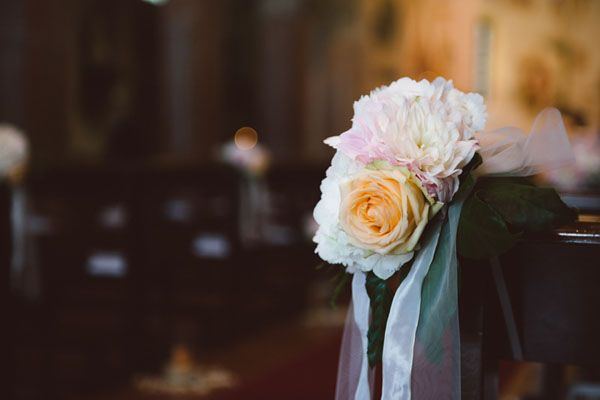 pink and peach church decor http://weddingwonderland.it/2015/11/matrimonio-pesca-rosa-cipria.html