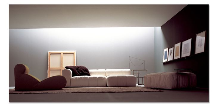 """Agli inizi degli anni 70 l'arch. Cini Boeri ha rivoluzionato il settore del mobile con il suo pezzo che è rimasto ormai un """"evergreen"""", il divano componibile Strips che appartiene alla storia di arflex. Sicuramente uno dei prodotti piu' famosi , disegnato nel 1972, ha guadagnato il riconoscimento del premio Compasso d'oro ed è esposto in vari musei nel mondo , come alla Triennale di Milano, a Tokyo, al Moma di New York, etc. Prodotto caratterizzato da una fodera trapuntata completamente…"""
