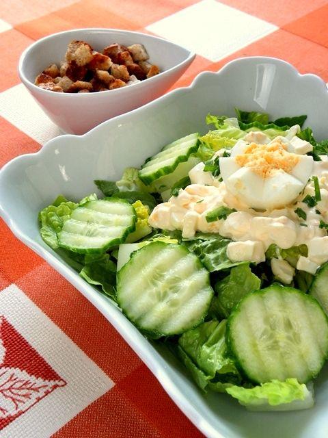 Обмытый и отсушенный зеленый салат нарезать и сложить в миску. Яйца, сваренные вкрутую, нарезать тонкими ломтиками и смешать с соусом из сметаны с уксусом. Перед…