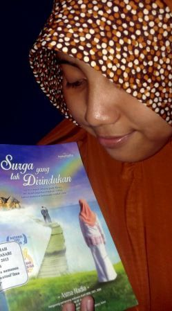 Dewi Kumalasari IMCI Indonesia Medika berfoto dengan buku favorit. Menerima tantangan #BukuBerjalan