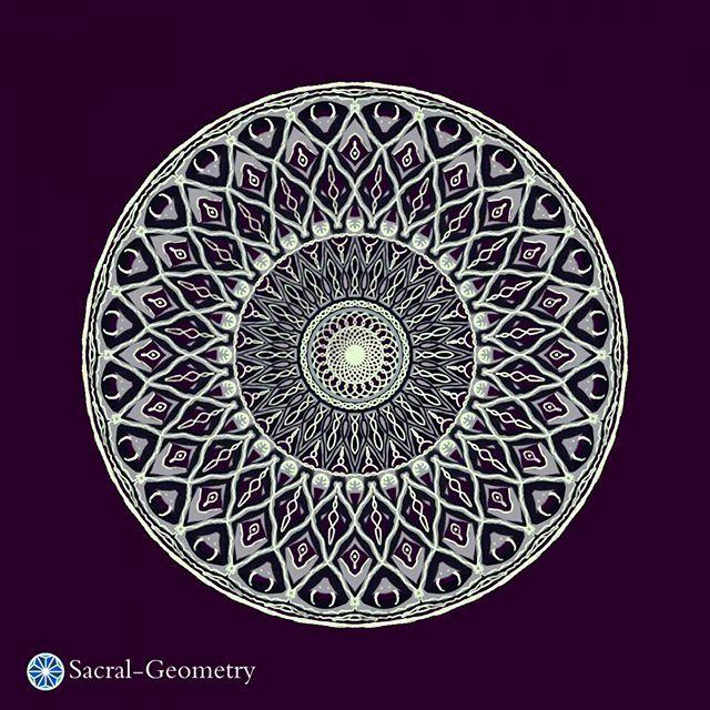 Далекий Север – царство Ночи и холода – владения Луны. Уютные юрты, лесные духи, шастающие тут и там. Черепа животных, поблескивающие в лунном свете. Краем глаза заглянула: «Как оно там?», и – в юрту хранить тепло до нового Солнца.    #мандала #mandala #sacral_geometry #sacred_geometry #moon #north  #сакральная_геометрия